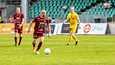 JJK:n puolustajan Antti Åken (keskellä) ripeä toiminta sai kiitosta loukkaantuneen pelaajan joukkueelta.
