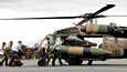 Tulva-alueille on kuljetettu apua Australian armeijan Blackhawk-helikoptereilla.