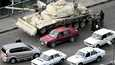 Tahririn aukion lähelle pysäköity tankki valvoi mielenosittajien kokoontumista. Armeija on luvannut olla käyttämättä voimatoimia siviilejä vastaan.