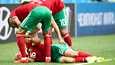 Marokkon Noureddine Amrabat menetti tajuntansa MM-kisaottelussa Irania vastaan 2018. Joukkuekaverit auttoivat miehen kylkiasentoon.