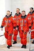Astronautti Tim Kopra (kesk.) harjoitteli muun mieheistön kanssa viikonloppuna Discovery-sukkulan laukaisua varten.