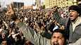 Mielenosoittajia Tahririn aukiolla perjantaina.