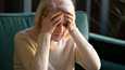 Alzheimerin taudin tyypillisiä ensimmäisiä oireita ovat lähimuistin häiriöt, käyttöesineiden hukkaaminen ja vaikeus liikkua erityisesti vieraassa ympäristössä.
