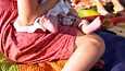Muun muassa äidin vointi ja imetyksen sujuminen varmistetaan synnytyksen jälkitarkastuksessa.