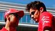 Charles Leclerc (oik.) kiitteli Sebastian Vetteliä tallikaveruudesta. Kuvassa kaksikko Venäjän GP:n varikkoalueella viime kaudella.
