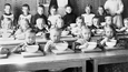 Lapsia ruokailemassa punavuorelaisessa lastentarhassa. Kuva vuodelta 1917.