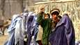 Afganistanilaissotilas käytti joulukuussa 2001 puukeppiä pitääkseen järjestystä yllä naisten jonottaessa ruoka-apua Kabulissa.