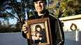 Christina Greenin setä Greg Segalini pitelee kuvaa tytöstä ja tämän äidistä Roxanne Greenista.