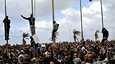 Mielenosoittajat kiipesivät tolppiin Benghazissa Libyassa.