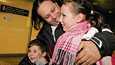 Ahmed Khalifa, 5-vuotias Ramy ja 11-vuotias Nora Helsinki-Vantaan lentokentällä keskiviikkona.