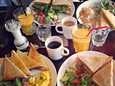 Alppilassa sijaitsevan ravintolan brunssi ikuistettiin matkapuhelimella toukokuussa 2012.