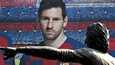 Barcelonaan jäävä Lionel Messi (taustalla) lataa täyslaidallisen seurajohdon niskaan. Etualalla Camp Noun edustalla oleva hollantilaisen seuralegenda Johan Cruyffin patsas.