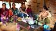 Katukeittiössä oli tarjolla riisilettuja. Yhteistä kieltä ei kyläläisten kanssa ollut, mutta englantia puhuva paikallinen opas toimi tulkkina.