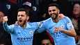 Riyad Mahrez ja Bernando Silva juhlimassa Manchester City maalia.