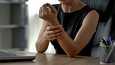 Osteoporoosi ei tunnu miltään. Silloin, kun syntyy osteoporoosiin liittyvä luunmurtuma, taustalla on yleensä jo vuosikausia kestänyt luukato.