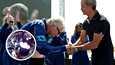 """Liikemies Richard Branson pokkasi vastaanottaessaan """"astronautin siivet"""" -kunniamerkin kanadalaiselta astronautilta Chris Hadfieldilta sunnuntaina Yhdysvaltain New Mexicossa."""