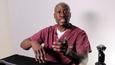 Dr. Levi Harrison haluaa auttaa pelaajia ympäri maailmaa ehkäisemään käsiongelmia. Kuvakaappaus Youtube-videolta.