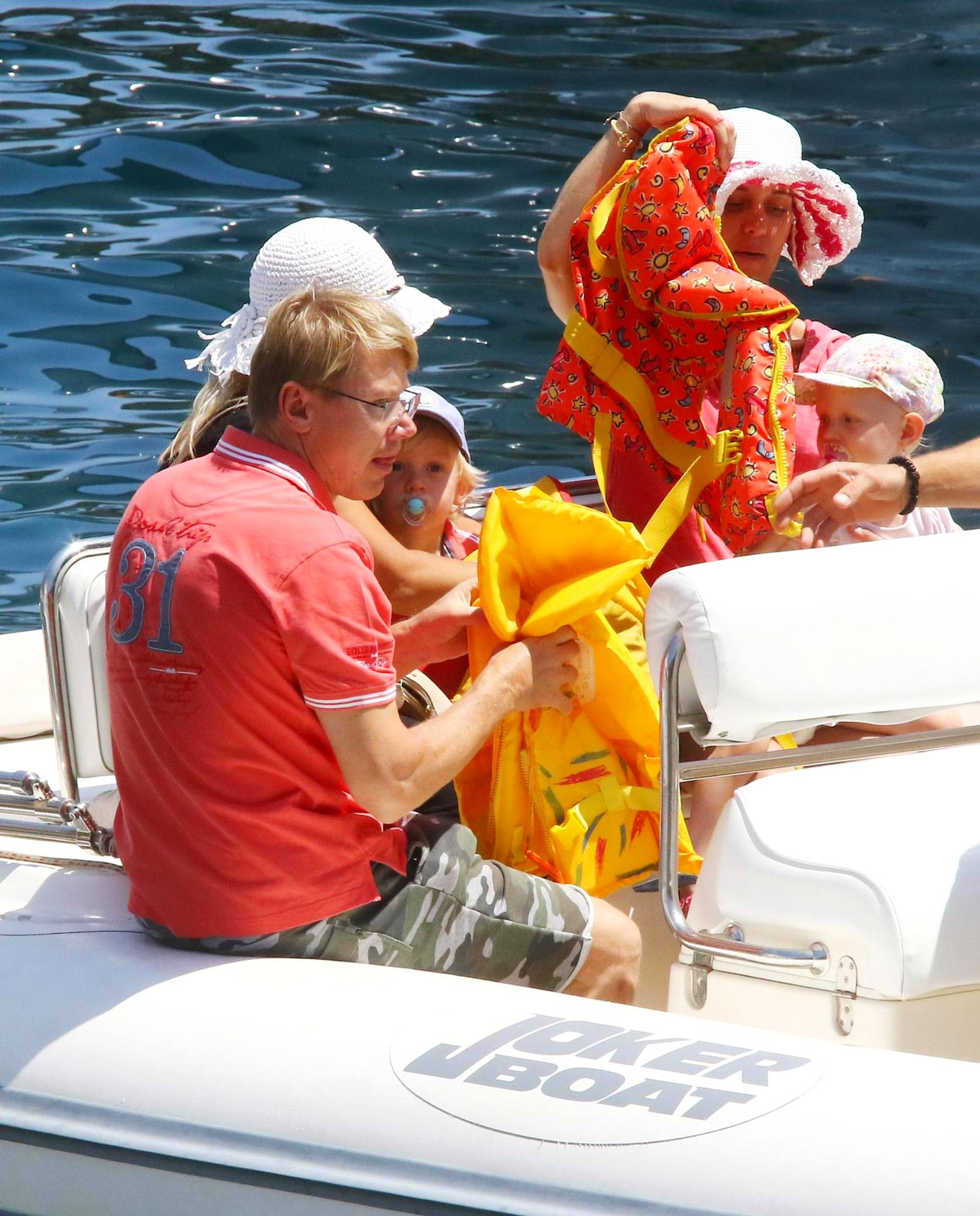 Häkkinen jakoi veneessä pelastusliivejä.