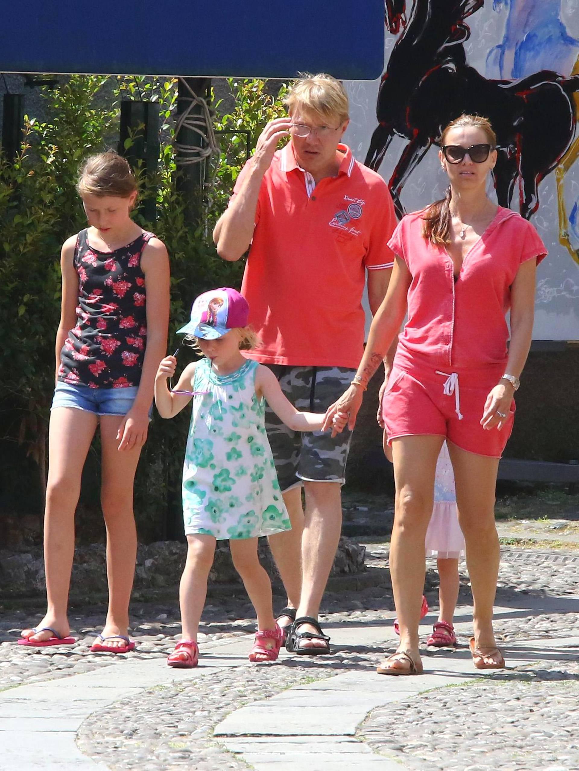 Mika ja Marketa päiväkävelyllä lastensa Ellan, Danielin ja Lynnin kanssa. Mukana menossa oli myös Häkkisen ja hänen ex-vaimonsa Erjan 11-vuotias Aina-tytär (vas.).