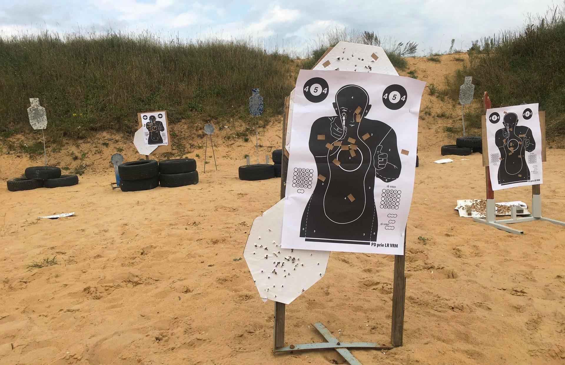 Ampumaradalla koulutetaan sekä aloittelijoita että kokeneempia ampujia. Ihmishahmoa muistuttavat maalitaulut ovat olleet ahkerassa käytössä.