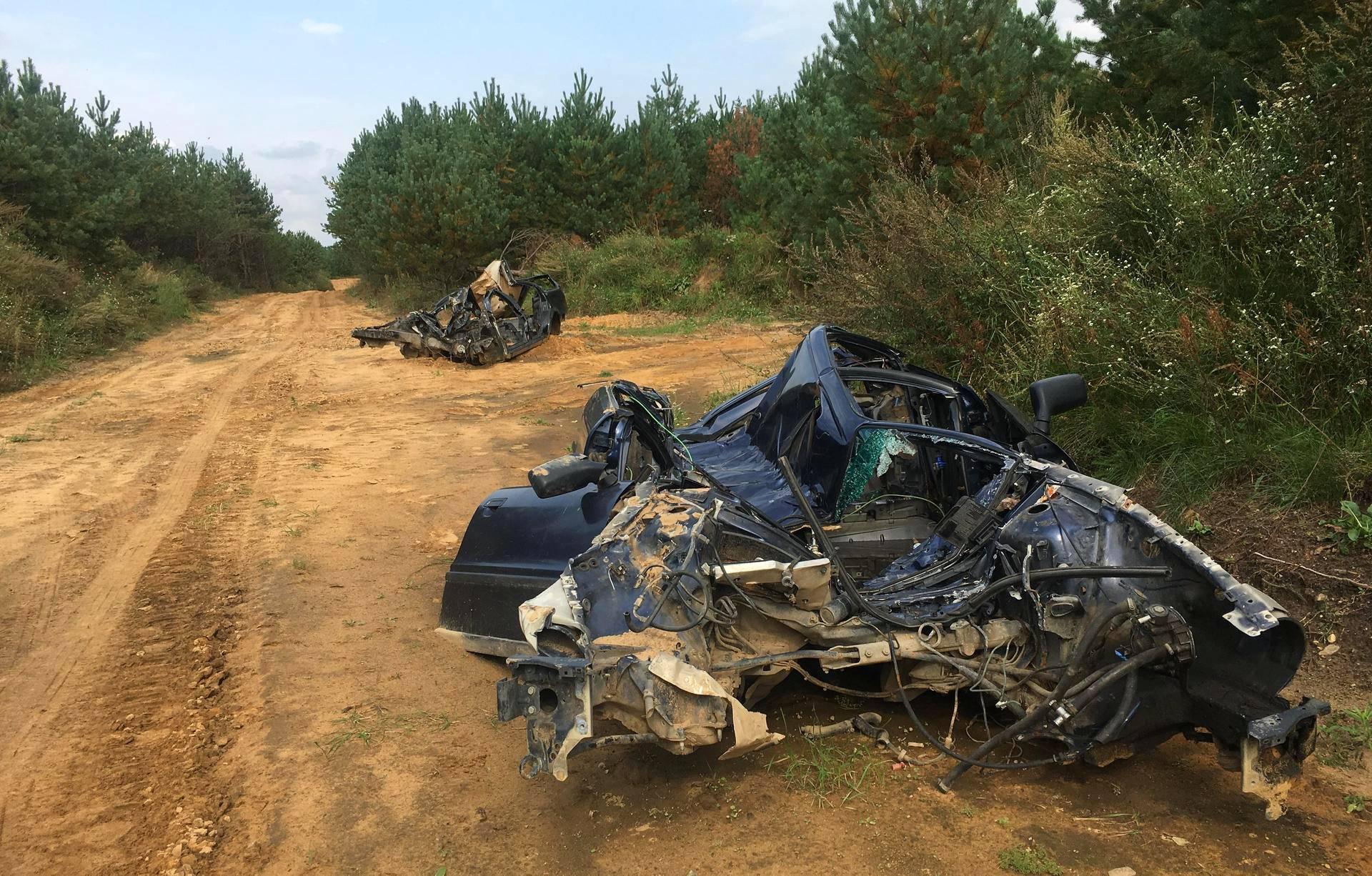 Taisteluharjoituksissa käytetään myös vanhoja autonromuja. Tämä auto on jäänyt muutaman kerran panssaroidun miehistönkuljetusvaunun alle.