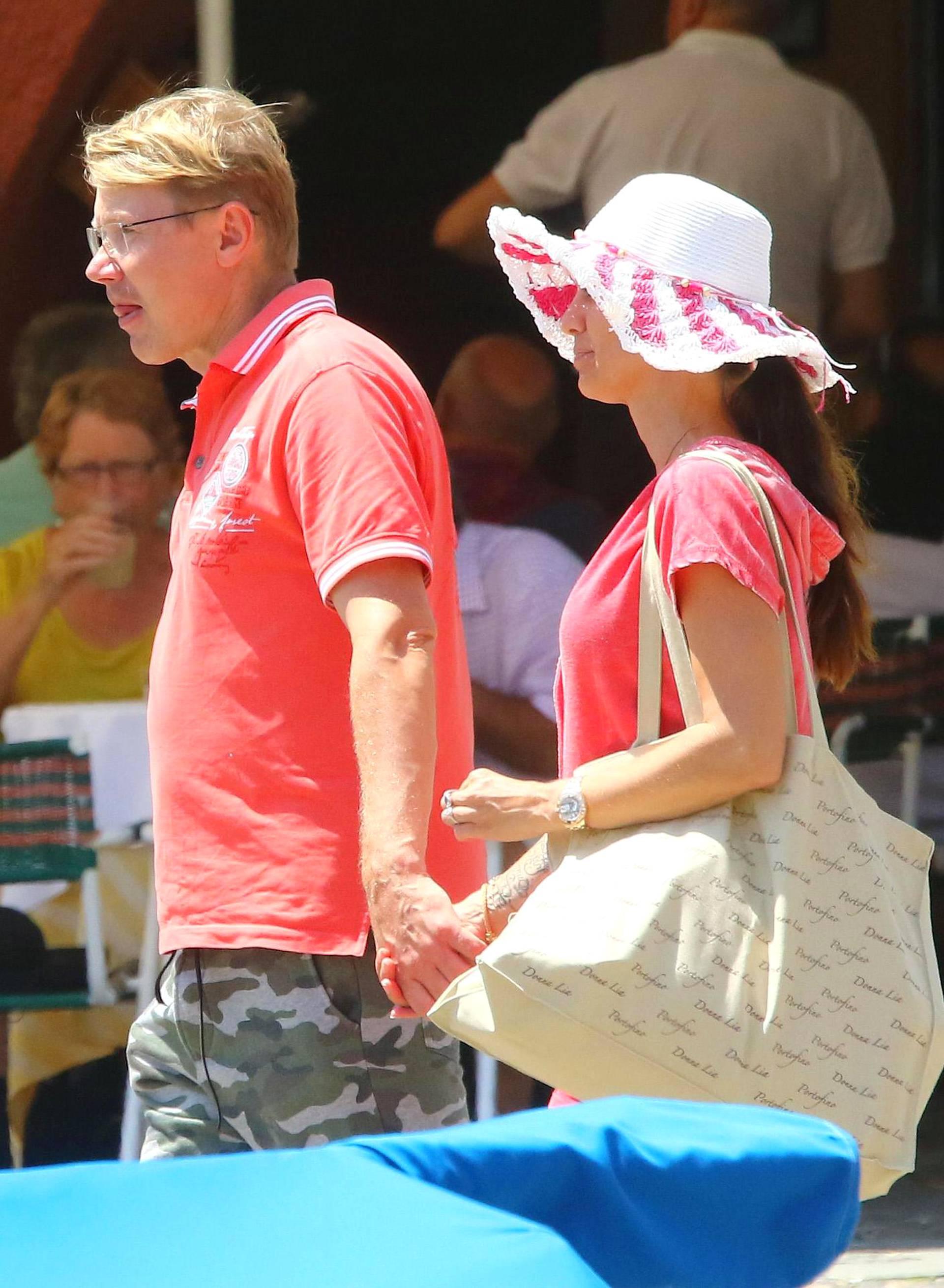 Onnellisen oloiset Mika ja Marketa kulkivat käsi kädessä.