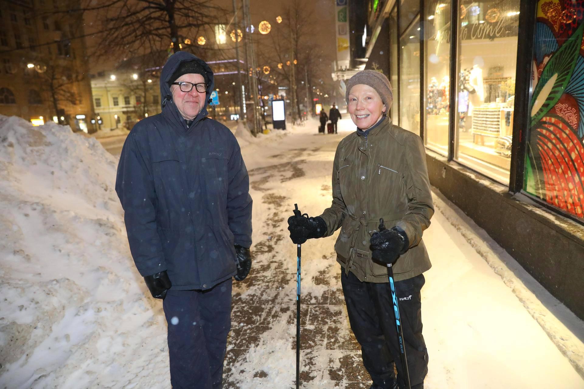 Jorma ja Sinikka Turunen pitivät myrskyisää kävelysäätä piristävänä.