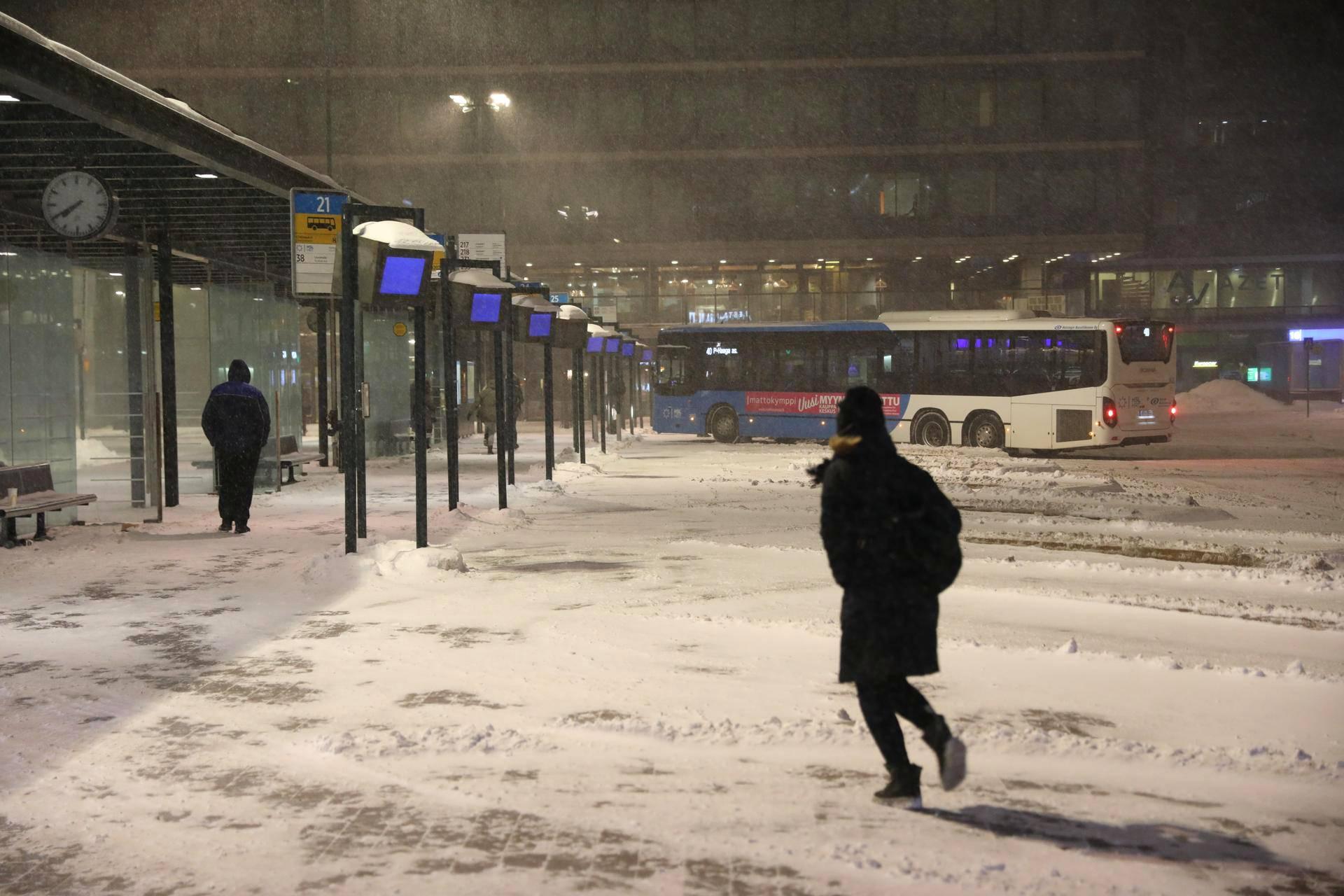 Huono ajokeli voi aiheuttaa myöhästymisiä julkisessa liikenteessä.