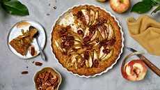 Tämä ihana, vegaaninen omenapiiras on nopea valmistaa ja pettämättömän makoisa.