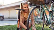 Espoon Matinkylän K-Marketin kauppias on järjestänyt pyöräileviä asiakkaita varten pumpun, jota saa lainata kassalta. Kuvassa Anna Illukka.