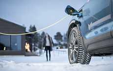 Sähköautojen ja hybridien parhaita puolia voi vahvistaa entisestään valitsemalla talvirenkaat oikein.