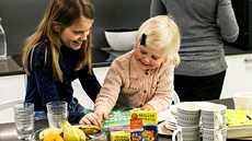 Monipuolinen ruokavalio ja sitä täydentävät ravintolisät tukevat lasten hyvinvointia. Kuvituskuva.