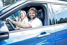 Näyttelijäpariskunta Sara ja Mikko Parikka valitsi kolmilapsisen perheen ajoneuvoksi ladattavan Ford Explorer -hybridin.