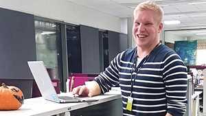 """Juho muutti Puolaan töihin palvelemaan suomalaisia – """"Muistan yllättyneeni katsoessani ensimmäistä palkkakuittia"""""""