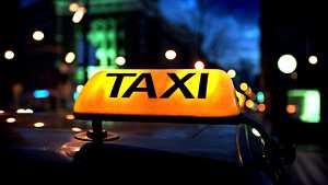 Yrittäjä muutti museoautonsa pirssiksi – Yle: pikkukunnan taksikuskeilta meni kuppi nurin