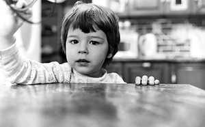 """""""Kuka tuo setä on?"""" – 2-vuotiaan hämmästynyt kysymys rikkoi leppoisan pysähtyneen tunnelman rintamamiestalon keittiössä"""