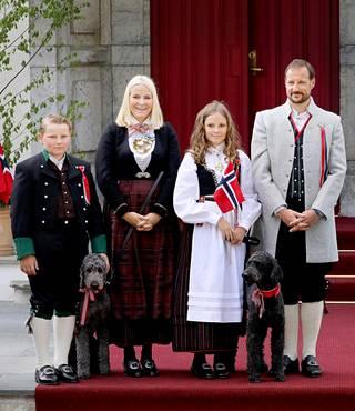 Kaksi labradoodlea täydentävät Norjan kruununprinssi Haakonin perhettä. Kuva on vuodelta 2019.