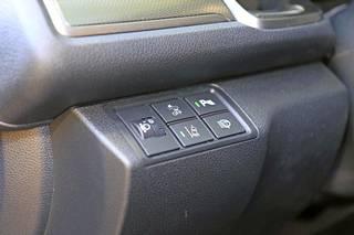 Honda Sensing-järjestelmä on vakiovaruste kaikissa Civiceissä. Turvavarusteiden määrä on muutenkin iso näin perusmalliseen autoon.