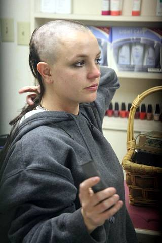 Moni Britney-fani järkyttyi nähtyään kuvat päänsä kaljuksi ajelevasta popparista vuonna 2007.