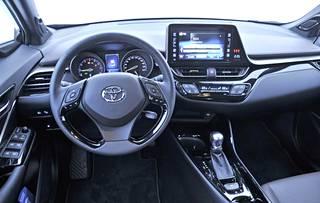 Ohjaamoilme on Toyotamaisen harmaa. Korkealle nostettu kosketusnäyttö on hyvä ratkaisu siksi, että katsetta ei tarvitse laskea liiaksi näyttöä käyttäessä. Näkymää eteen se ei peitä.