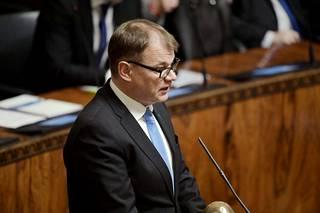 """Pääministeri Juha Sipilä (kesk.) moitti ilmoituksesta eduskunnassa käytyä keskustelua """"höttötason kritiikiksi"""", josta puuttui konkretia."""