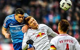 HSV:n Kyriakos Papadopoulos (vas.) oli paha pideltävä RB Leipzigin Marcel Halstenbergille (kesk.) ja Willi Orbanille.