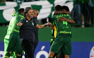 Seuran valmentaja Caio Junior juhli finaalipaikkaa pelaajiensa kanssa.