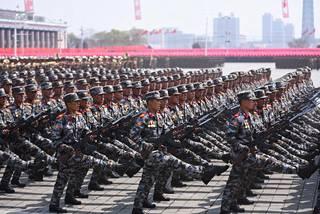 Sotilaat marssivat Pjongjangissa lauantaina 15. huhtikuuta.