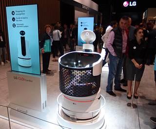 Kauppoihin tarkoitettu LG CLOi CartBot toimii ostoskärrynä, joka myös opastaa asiakkaita.