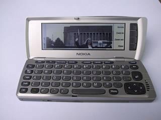 Nokian kommunikaattorissa oli kämmenmikro ja kännykkä.