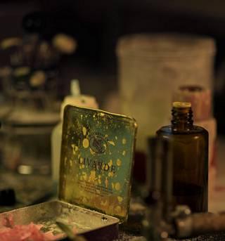 Vanhassa sikarilaatikossa on vahaa, jota käytetään proteesin ienmuovin valmistamiseen.