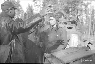 Kapteeni V. Korhonen antaa ohjeita panssariupseeri Törnille.