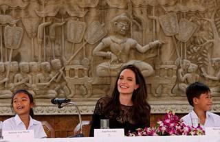 Jolie puhui elokuvansa esittelytilaisuudessa yhdessä siinä nähtävien lapsinäyttelijöiden kanssa.