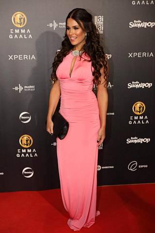 Sara Sieppi sai salamavalot välkkymään vaaleanpunaisessa tyköistuvassa mekossaan.